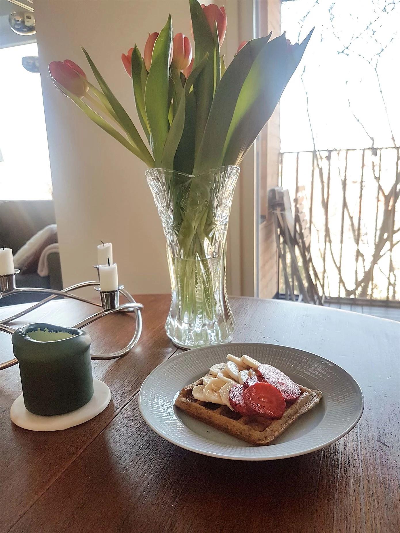 Belgiska våfflor som är veganska med jordgubbar och banan
