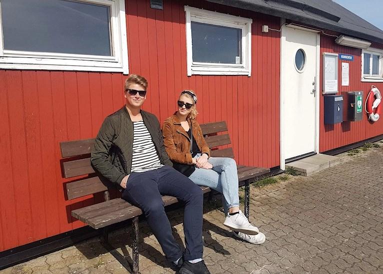 Pontus Back och Isabell Back i Abbekås hamn
