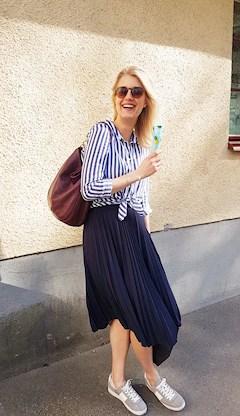 Sara Back i randig skjorta från Zara och marinblå plisserad kjol från H&M