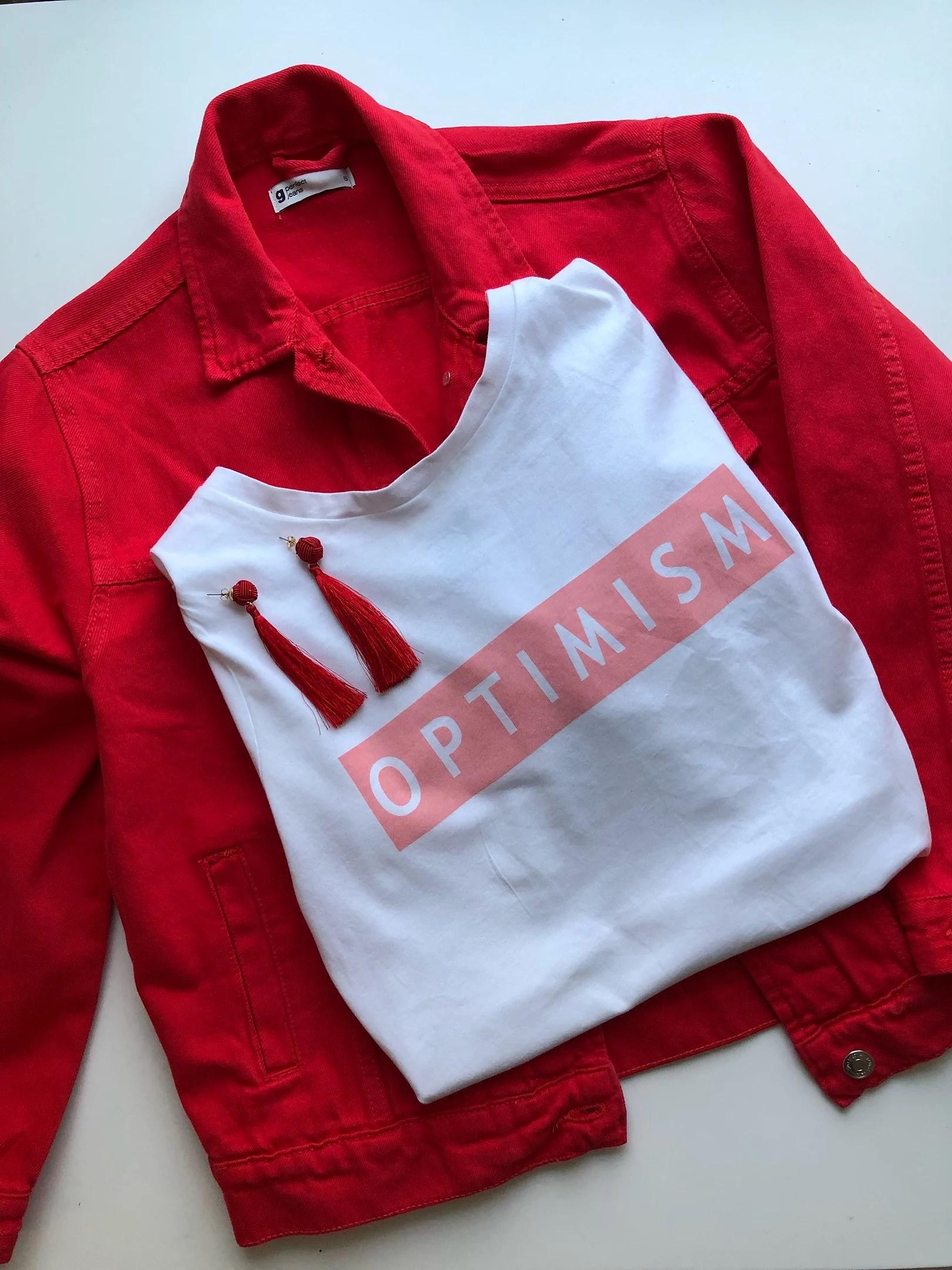 Två sätt att matcha den röda jackan i vår!