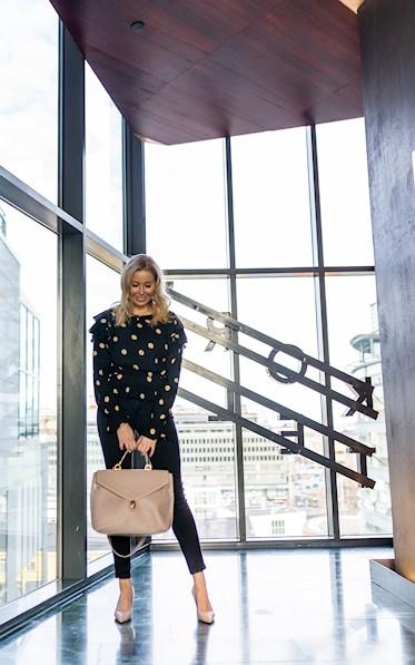 Muotiblogi, päivän asu, lifestyle, pallopaita ja mustat farkut sekä Furlan laukku