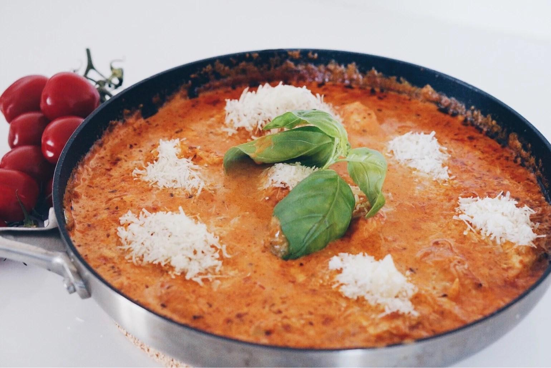Kyckling i krämig tomatsås med parmesan
