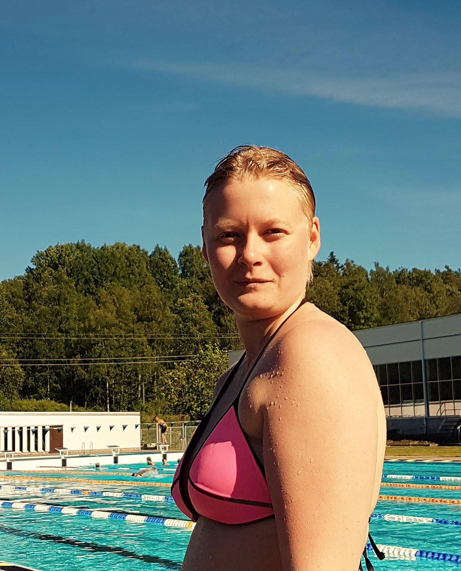 Simning, hopptorn, styrketräning och lek.