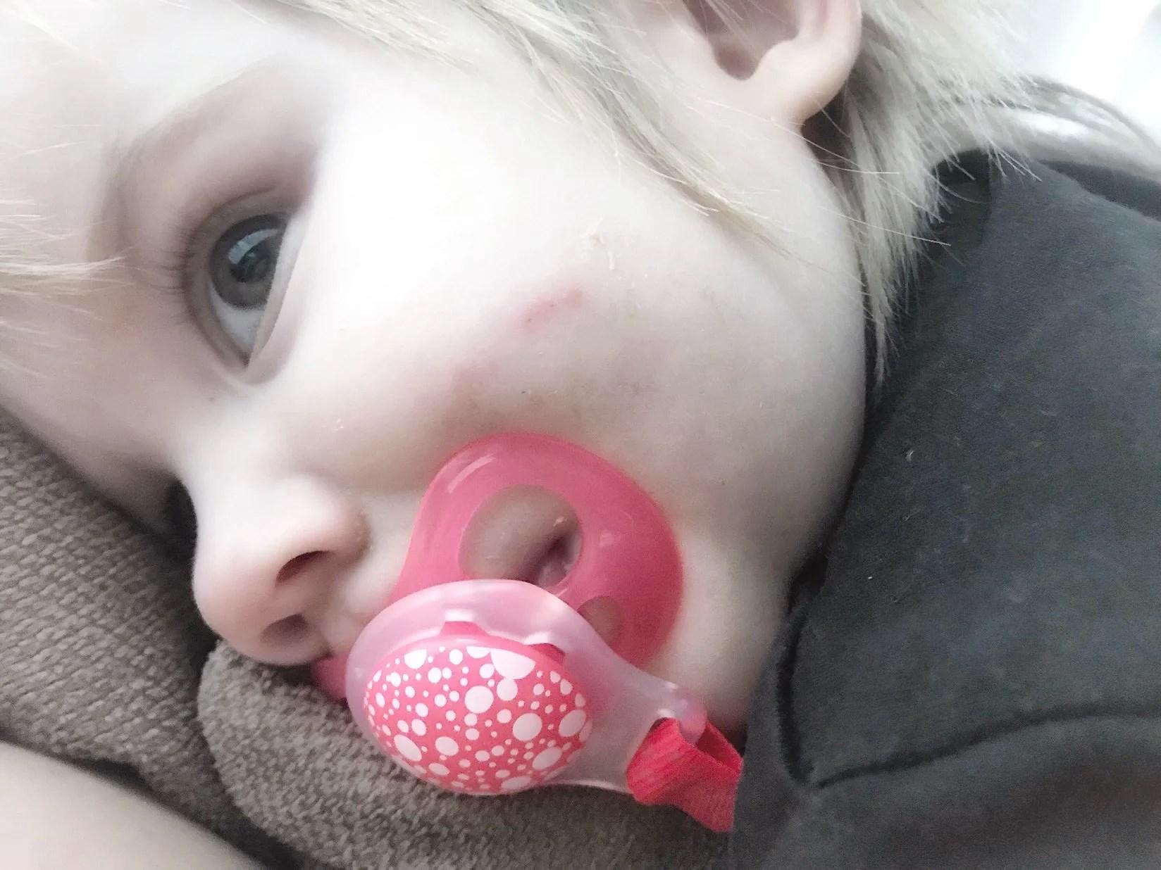 Hon ramlade bakåt från armstödet