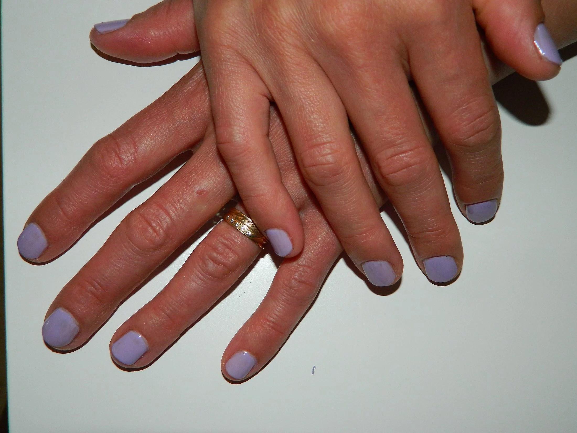 Sommarfixade naglar på mamsen