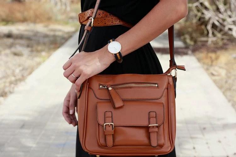 Combina tu maxivestido negro con complementos en marrón