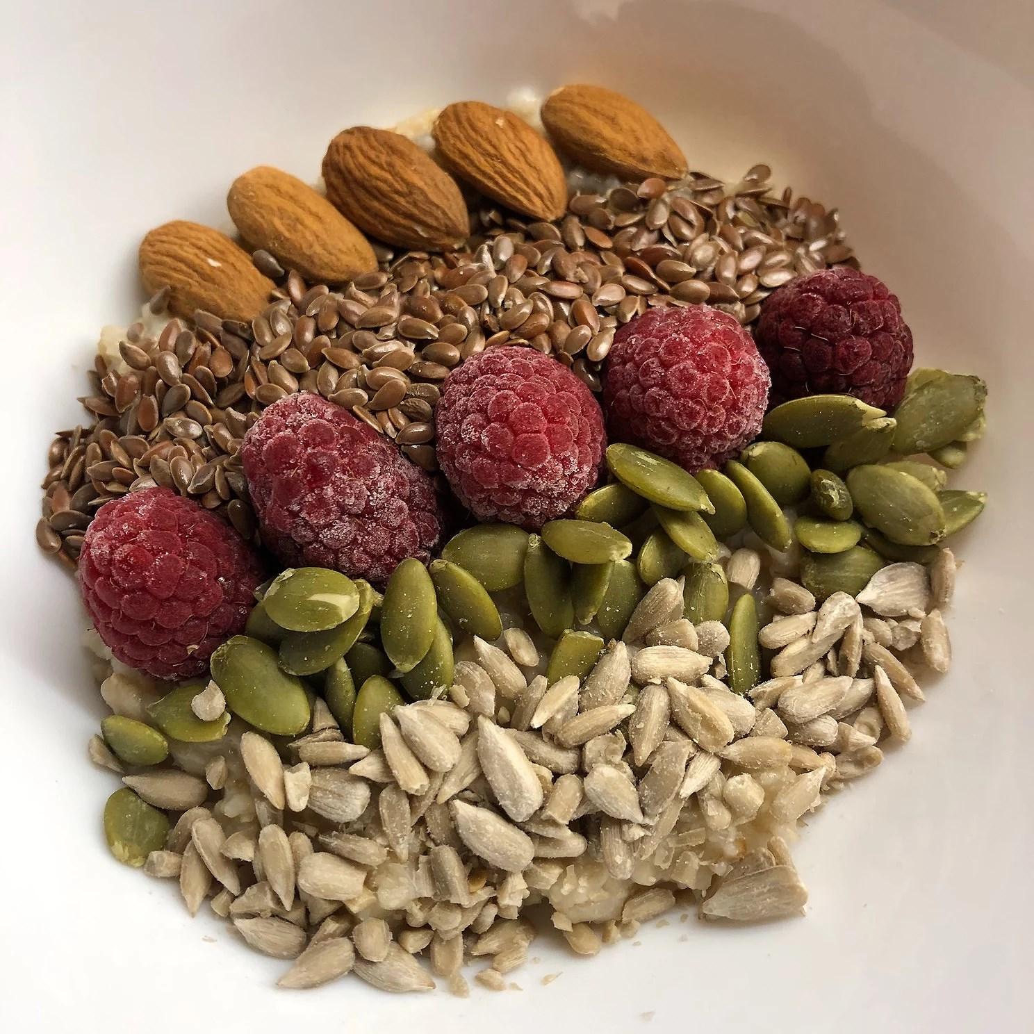 Havregrynsgröt med fröer, nötter och bär