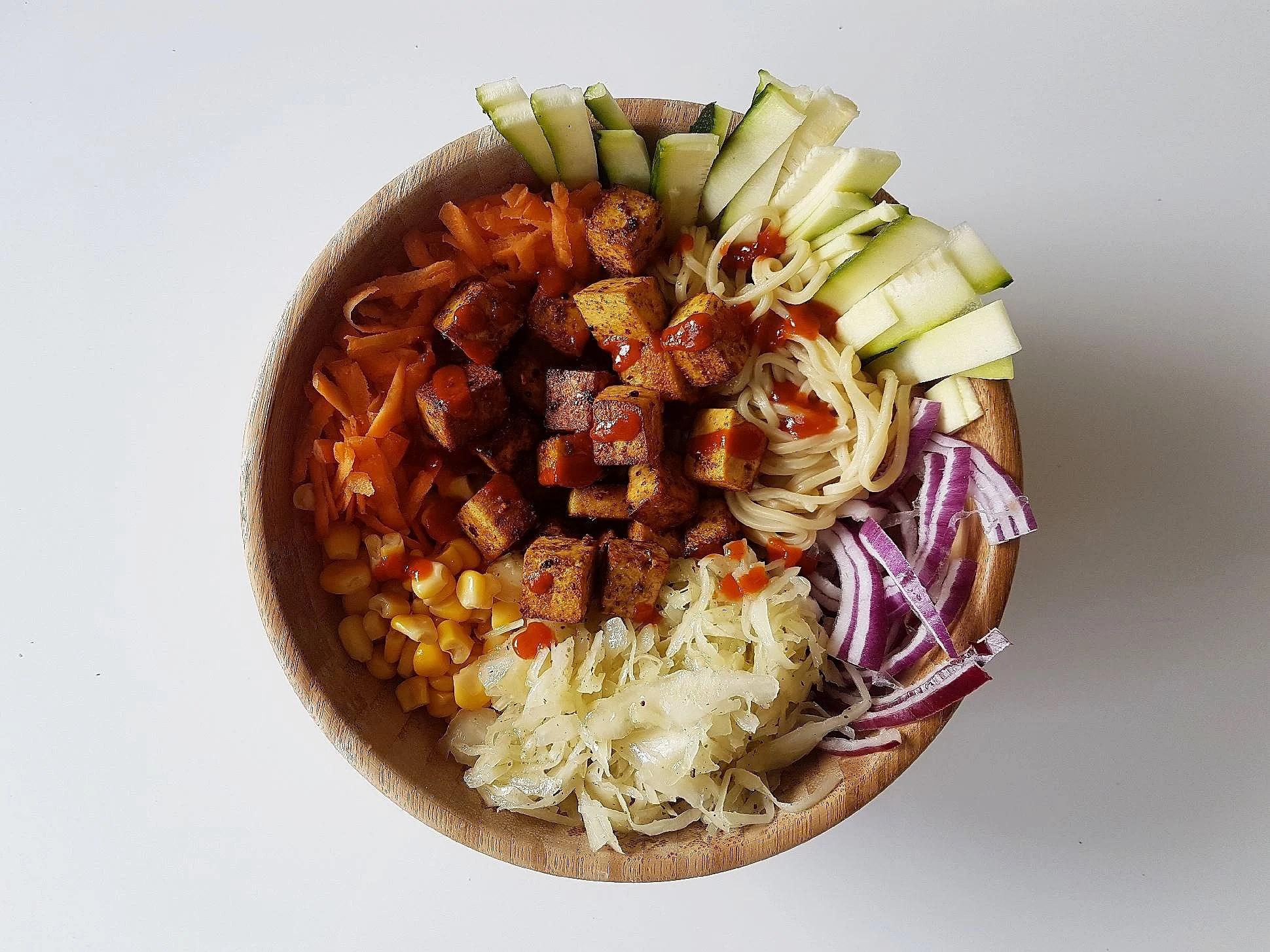 Tofu- och äggnudelbowl