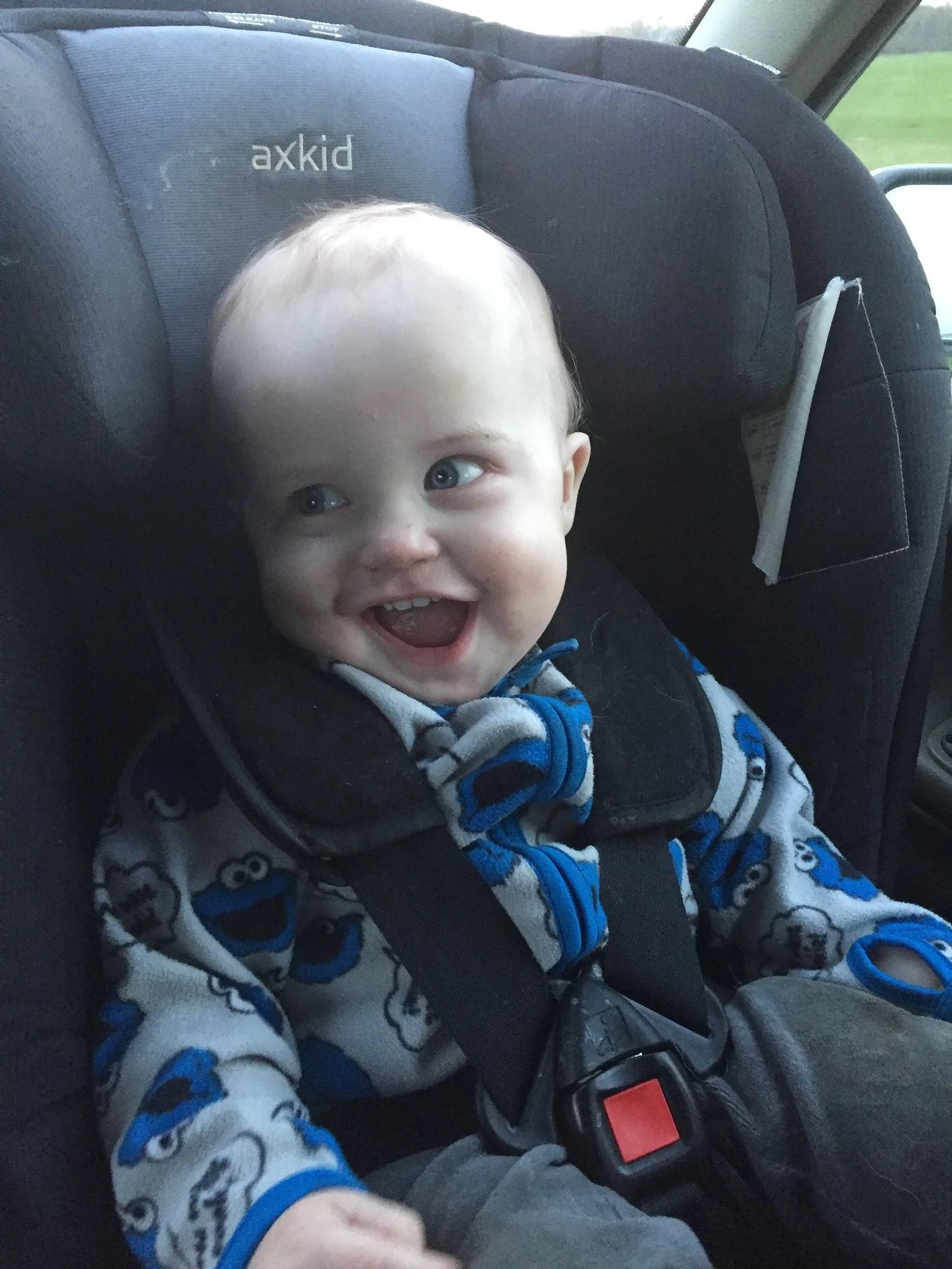Noah fick en ny bilstol men gladast är lillebror!