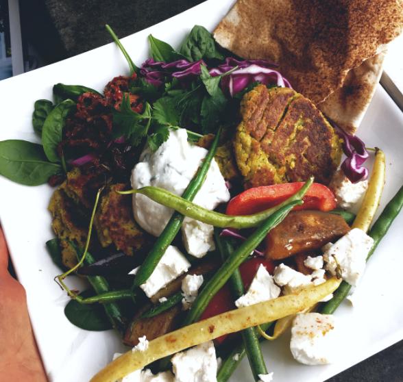 Hemgjord falafel med fräscha tillbehör