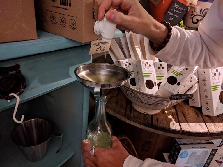 Förpckningsfritt zero waste från Green living Borlänge vegansk butik flytande tvättmedel i egen flaska snyggt i tvättstugan upphällt i butik.