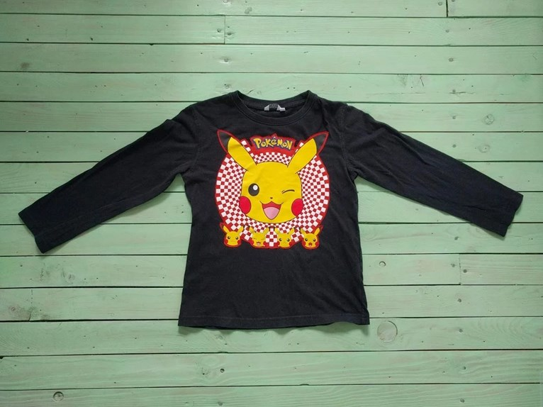 Ny barntröja med Pokémon från gammal tröja återbruk av tryck som sys fast på loppisfyndad enfärgad svart.