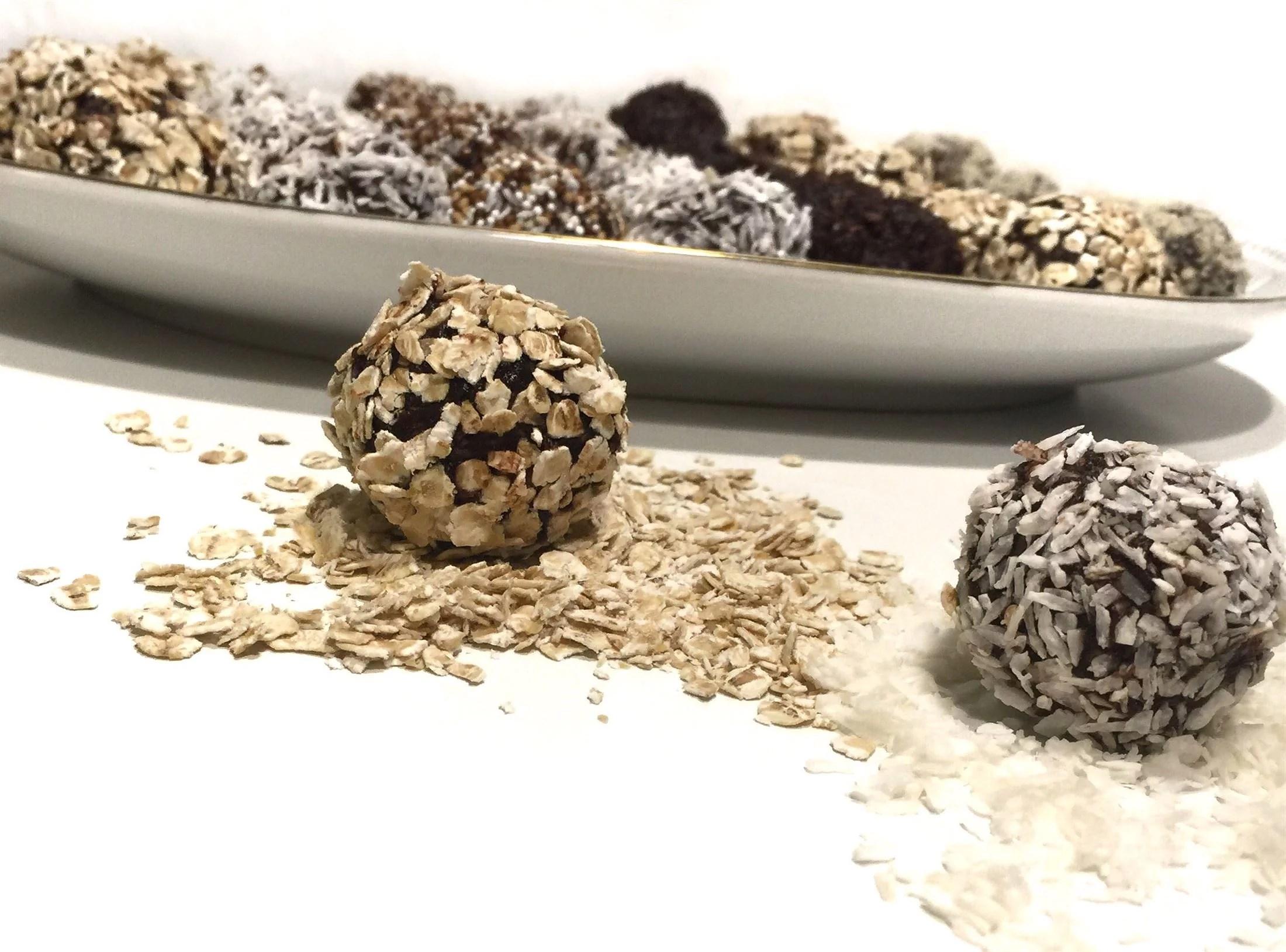 Snacks til fødselsdag i vuggestuen og opskriften på de lækre og sunde dadelkugler med kakao