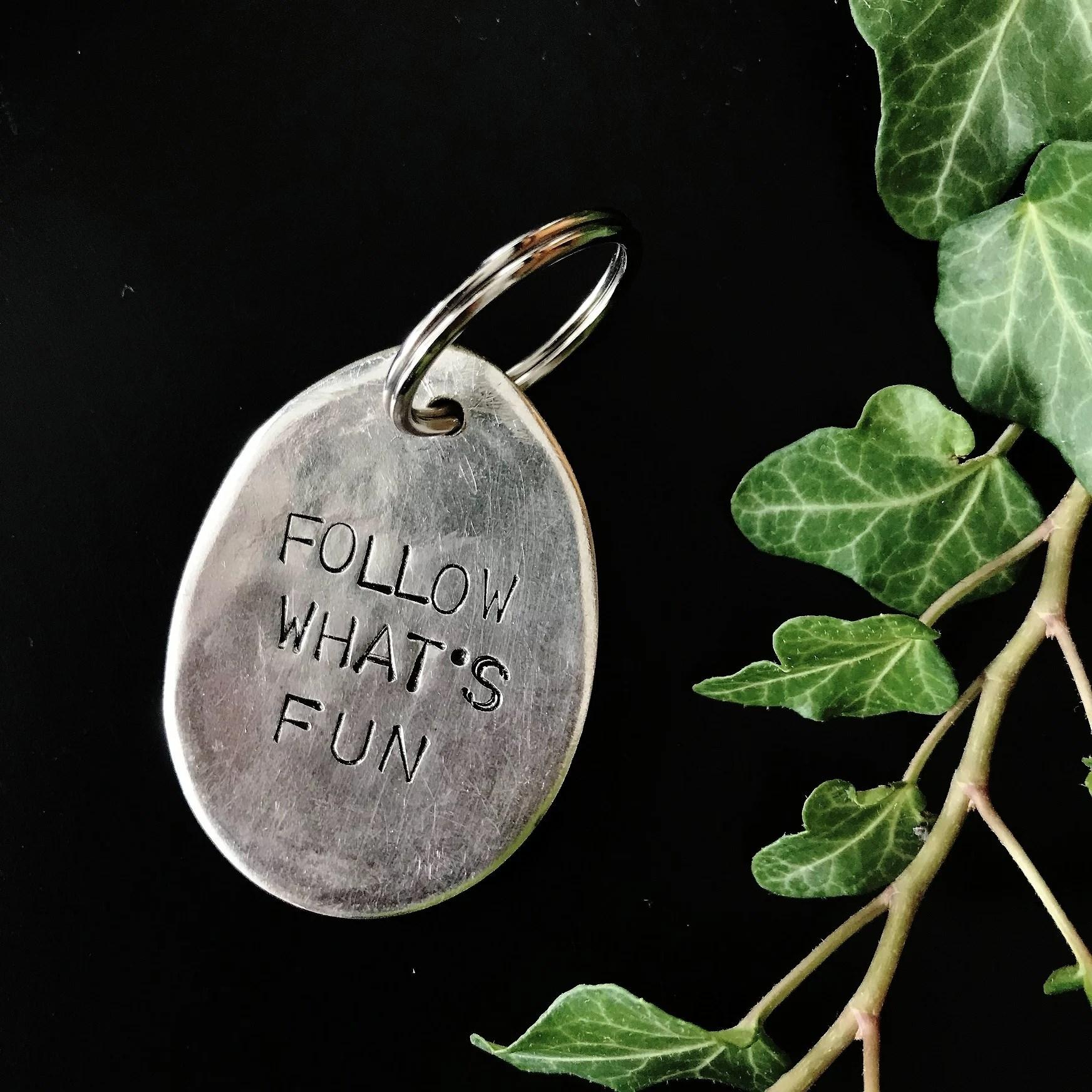 Follow what's fun. Följ det som är roligt. Nyckelring. DIY. Motto. Upcycling. Pyssel av bestick.