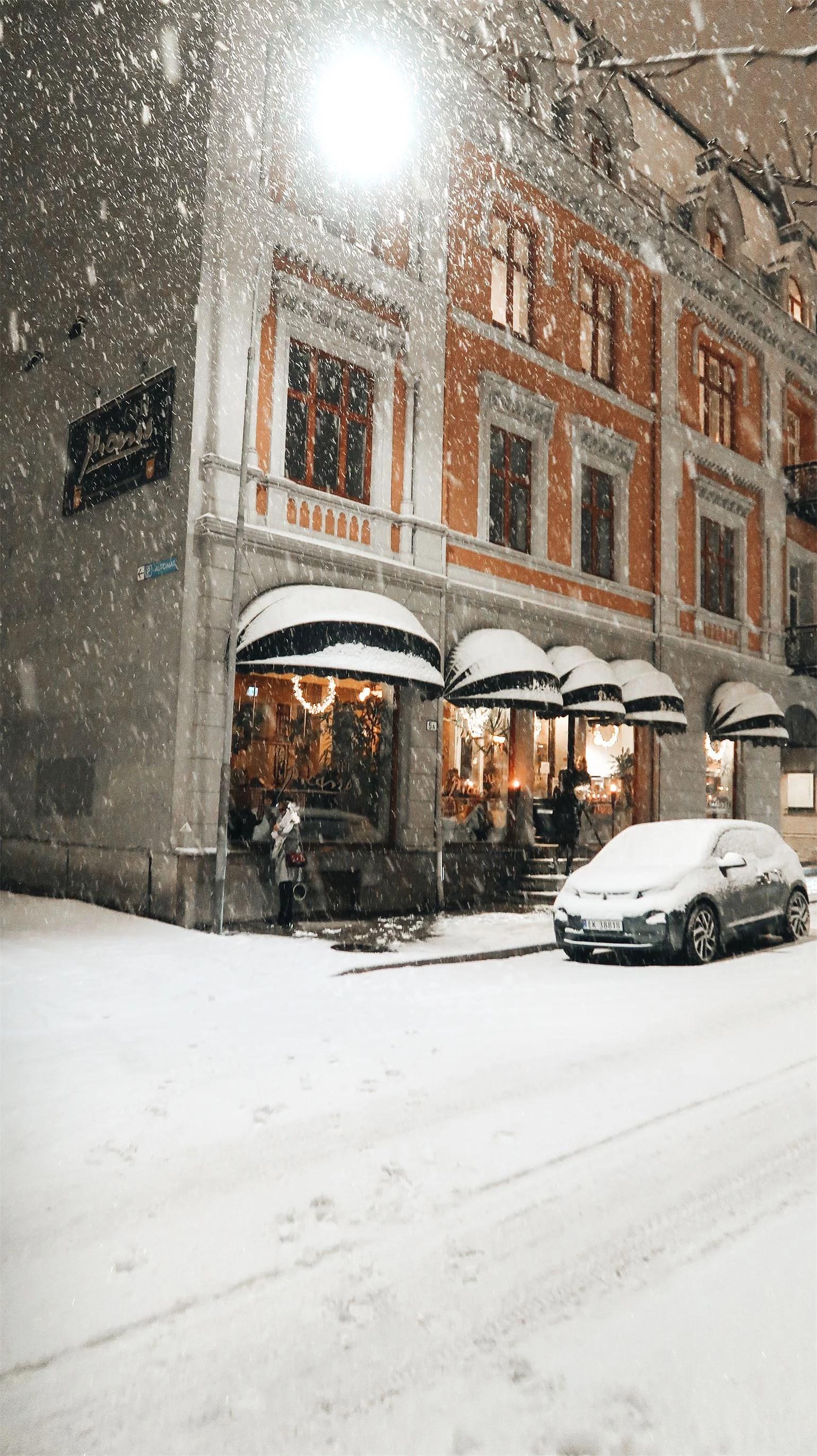 LET IT SNOW, LET IT SNOW, LET IT SNOW..