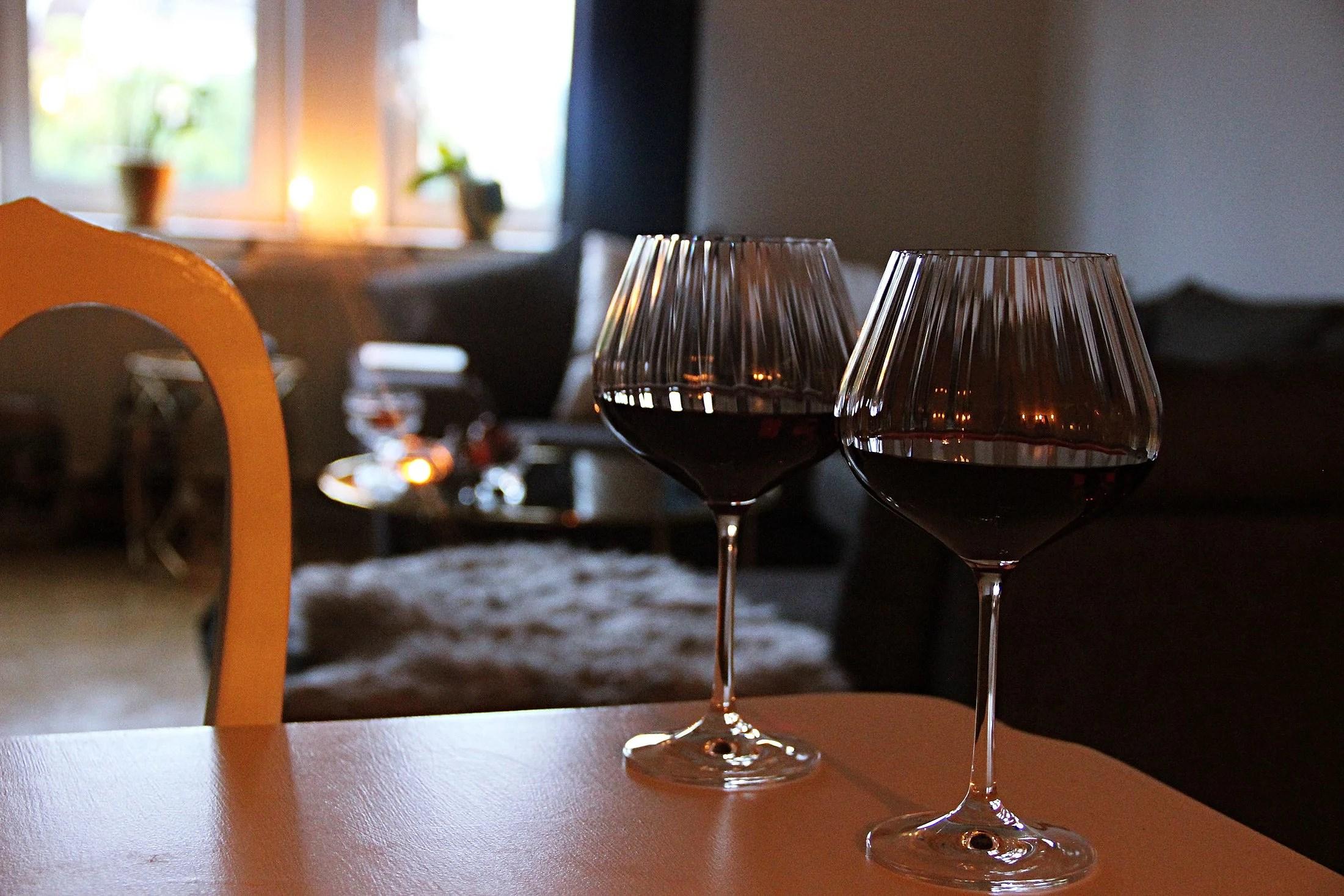 Rött vin & tända ljus