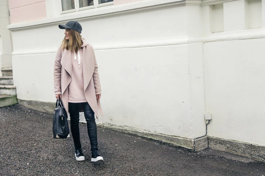 Lilisfashion, stylist, fashionista, blogger, fashionblogger, mote, moteblogg, moteblogger, rosa, kåpe, coat, hoodie, hettegenser, rosa, skinnbukse, leather pant, skinnbukser, helmut lang, ellos.com, alexander wang, varsity, caps