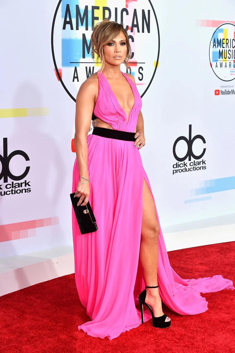 Jennifer Lopez porte une cape rose chaude aux AMAs 2018 | laura22