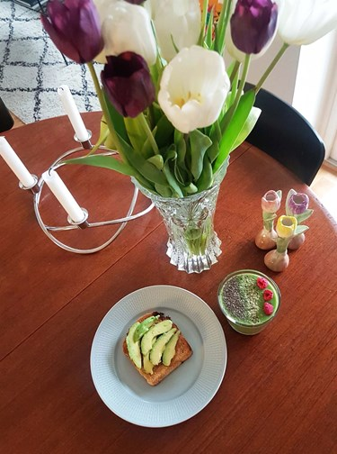 Tulips, avokado toast and a green smoothie