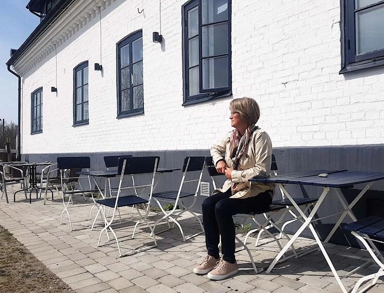 Eva Back i Abbekås hamn utanför hamnkrogen