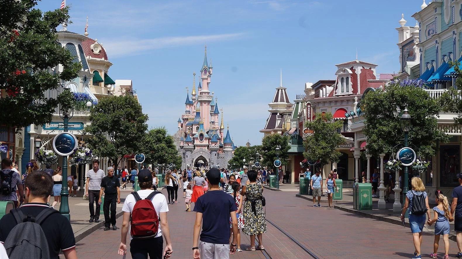 Kan man ta med sin ryggsäck på attraktioner på Disneyland Paris?