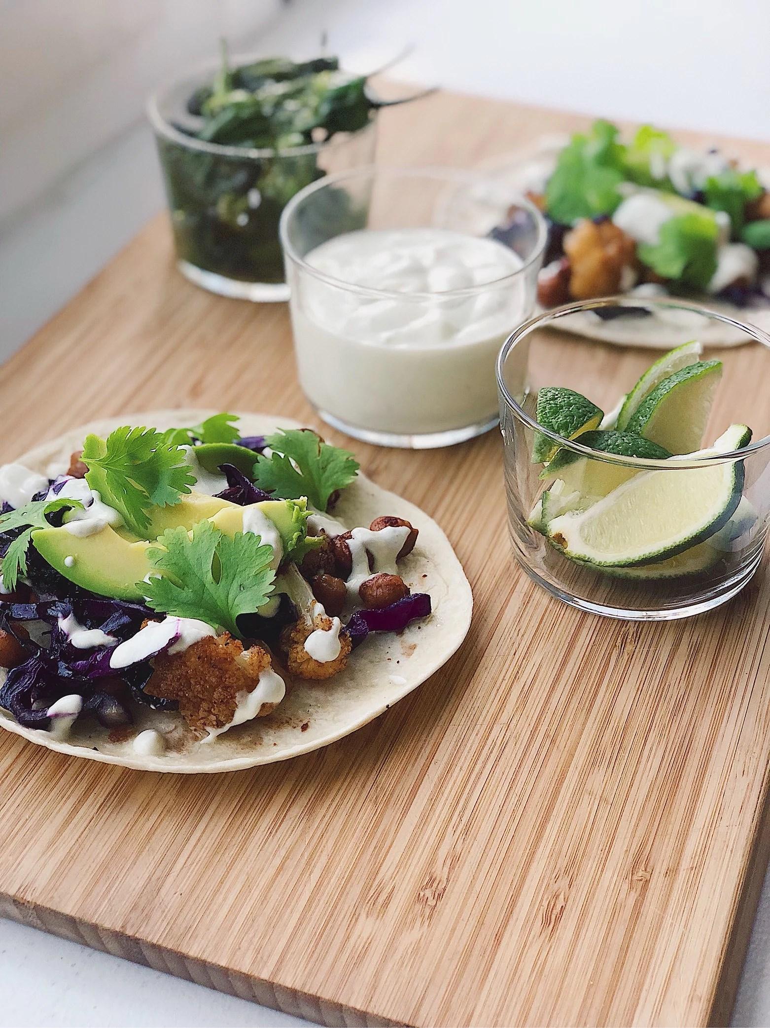 Rostad blomkålstacos med stekt rödkål, avokado och lime
