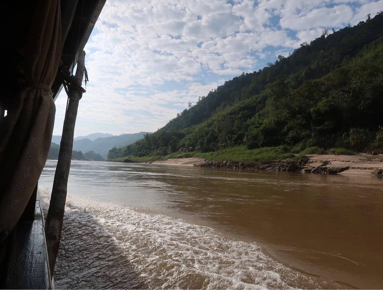 Slowboat längs Mekongfloden