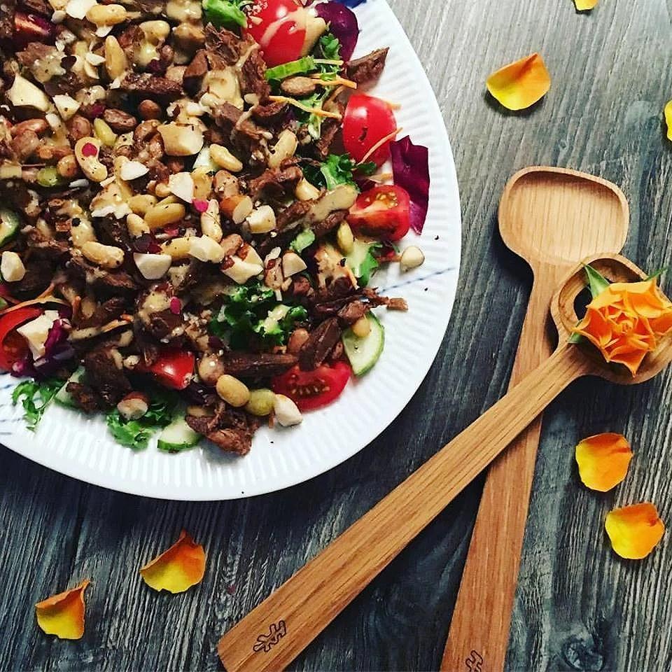 Bønnesalat med veganske kødstrimler og chilidressing