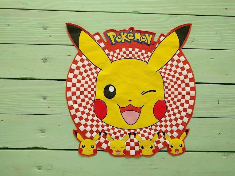 Ny barntröja med Pokémon från gammal tröja återbruk av utklippt tryck som sys fast på loppisfyndad enfärgad.