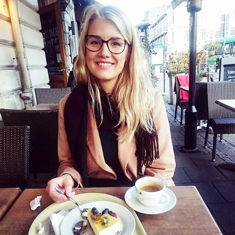 Sara på en uteservering i Malmö