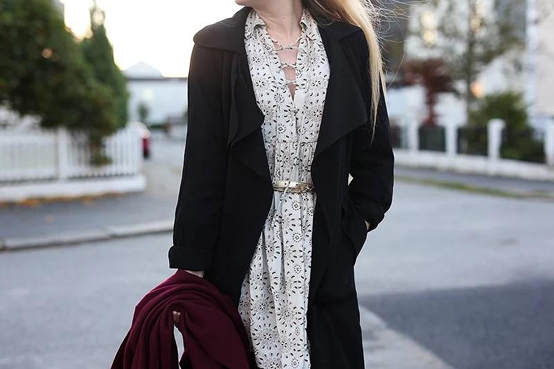 krist.in outfit style antrekk kjole zara snøring skjerf acne vinrød trenchcoat tracy bikbok