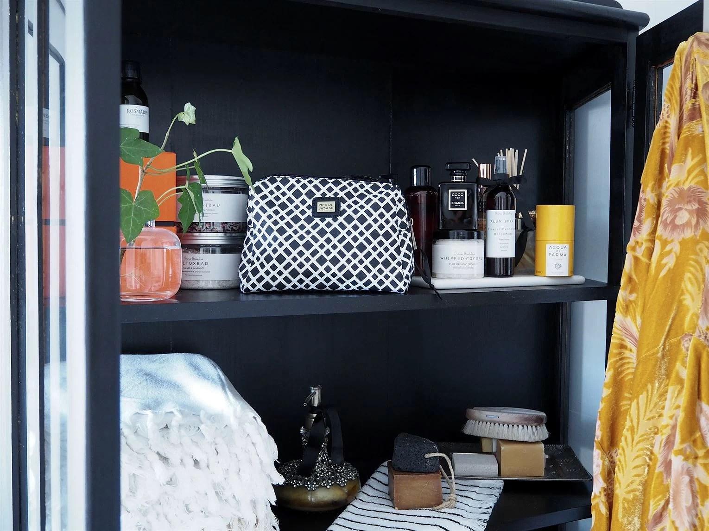 Svart badrumsskåp vitrinskåp Lina Paciello