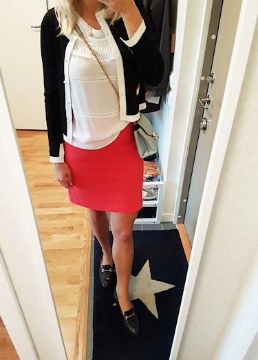 Dagens outfit i röd kjol från Gant, vitt linne från MQ, Ljusblå väska från Mango och kofta från Zaram loafersen är second hand fynd.