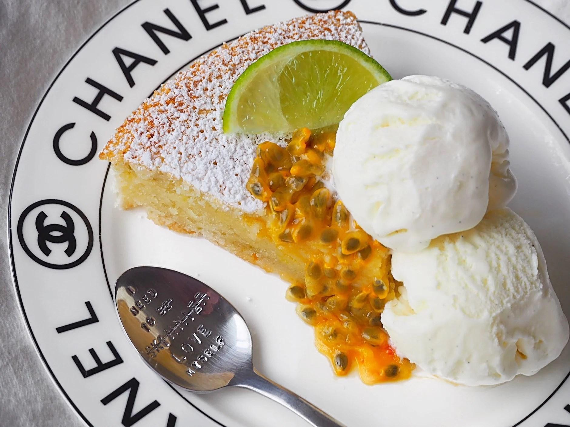 Limekladdkaka toppad med vaniljglass och passionsfrukt