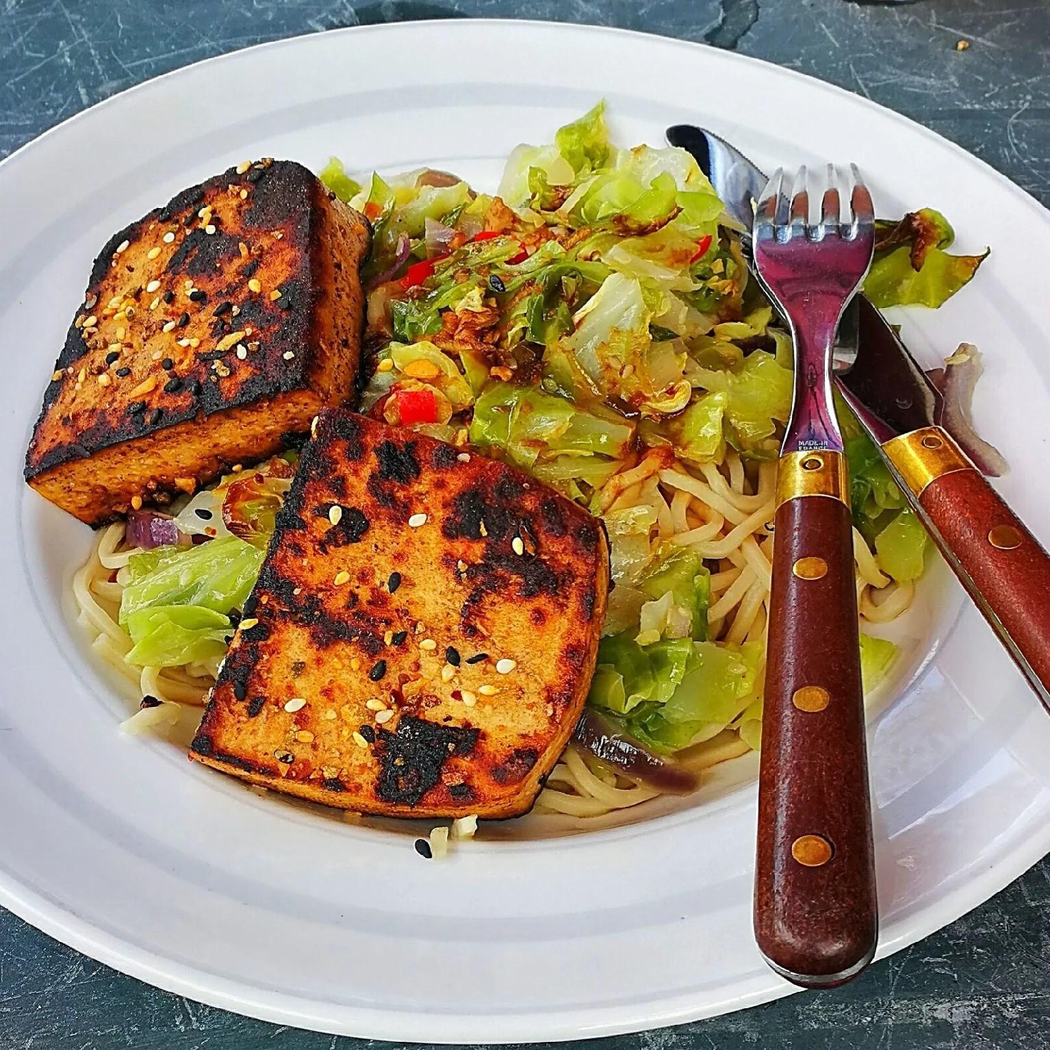 Marinerad tofu med grillad spetskål och nudlar