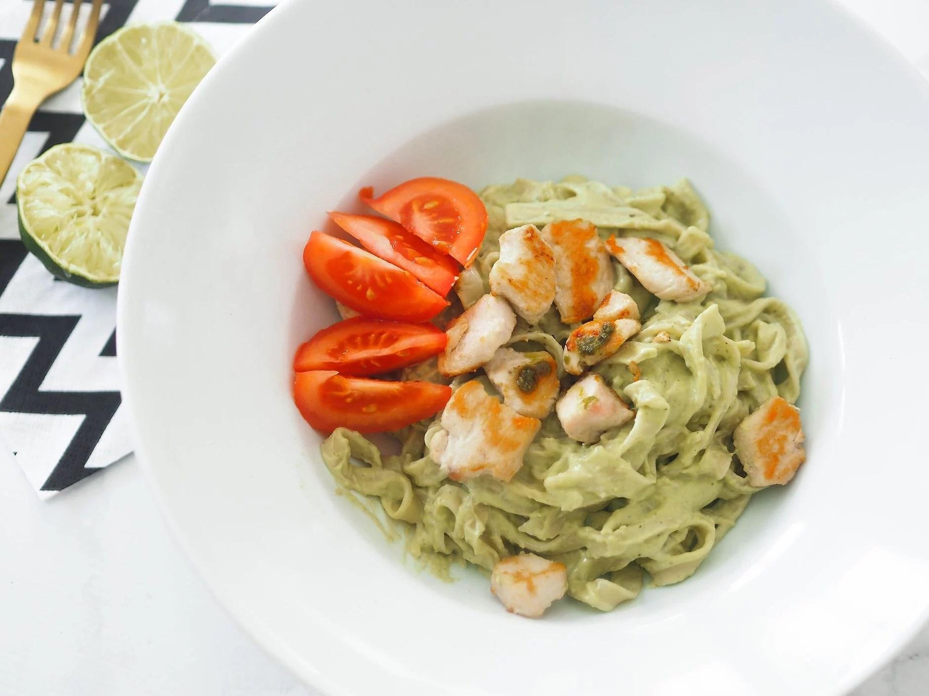 pasta med avokadopesto og kylling