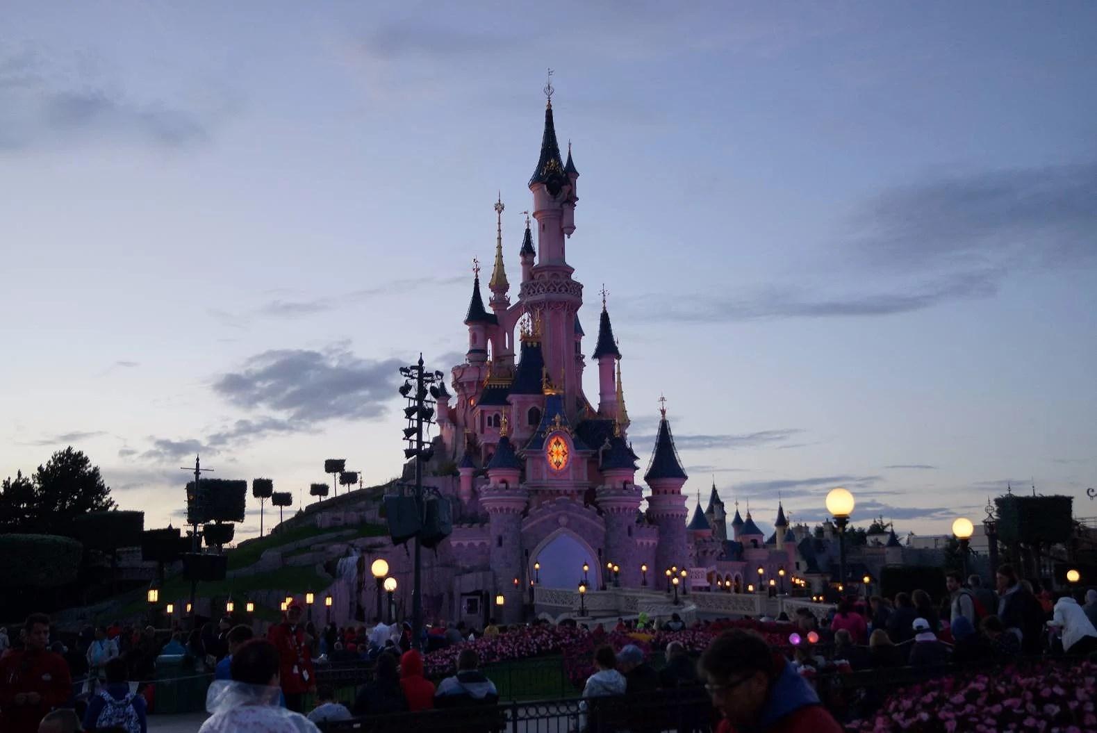 Disneyland Paris har startat julsäsongen med bl.a. Zara Larsson