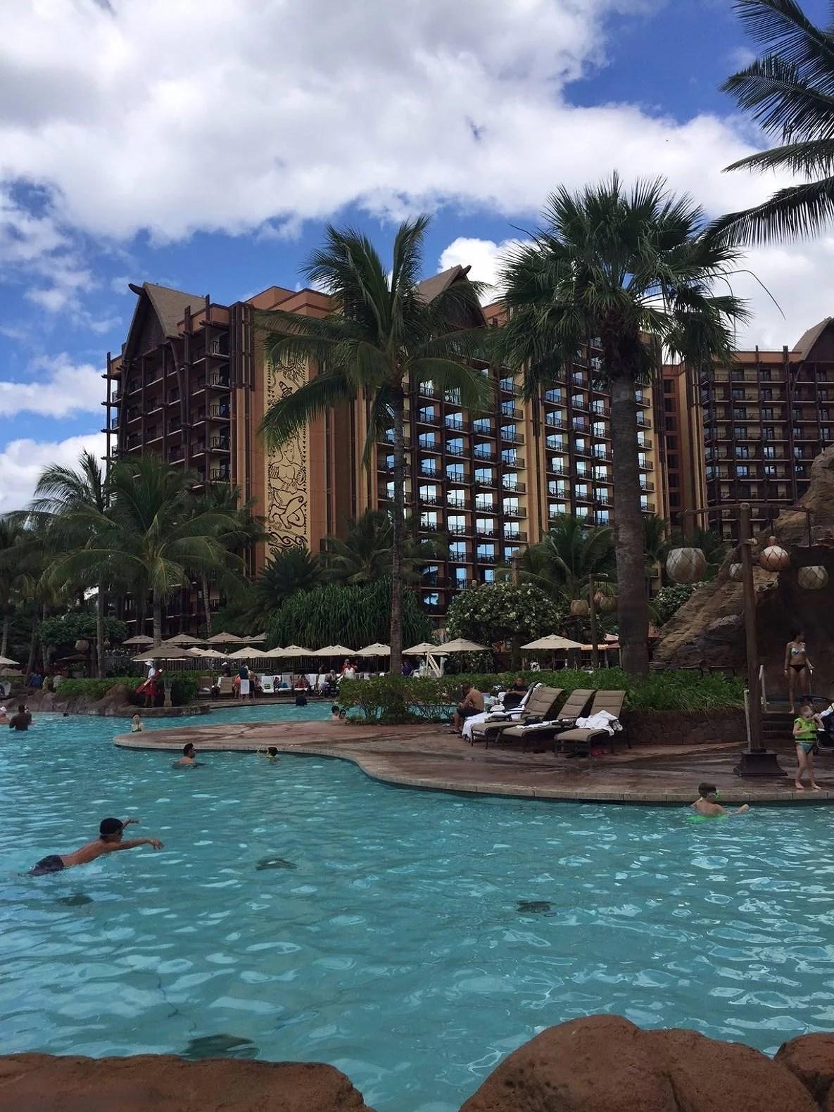 Helena - Aluani hotell och poolområde