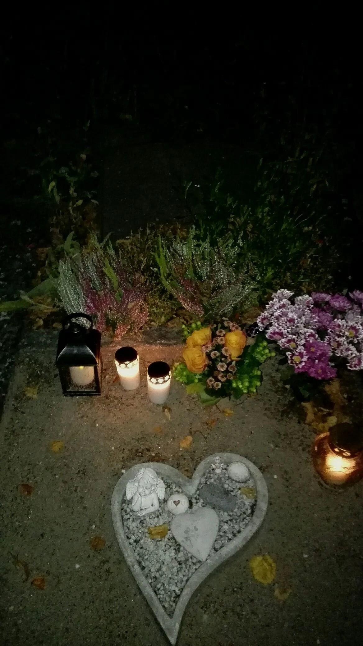 En kväll av minnen och födelsedagsfirande på kyrkogården.