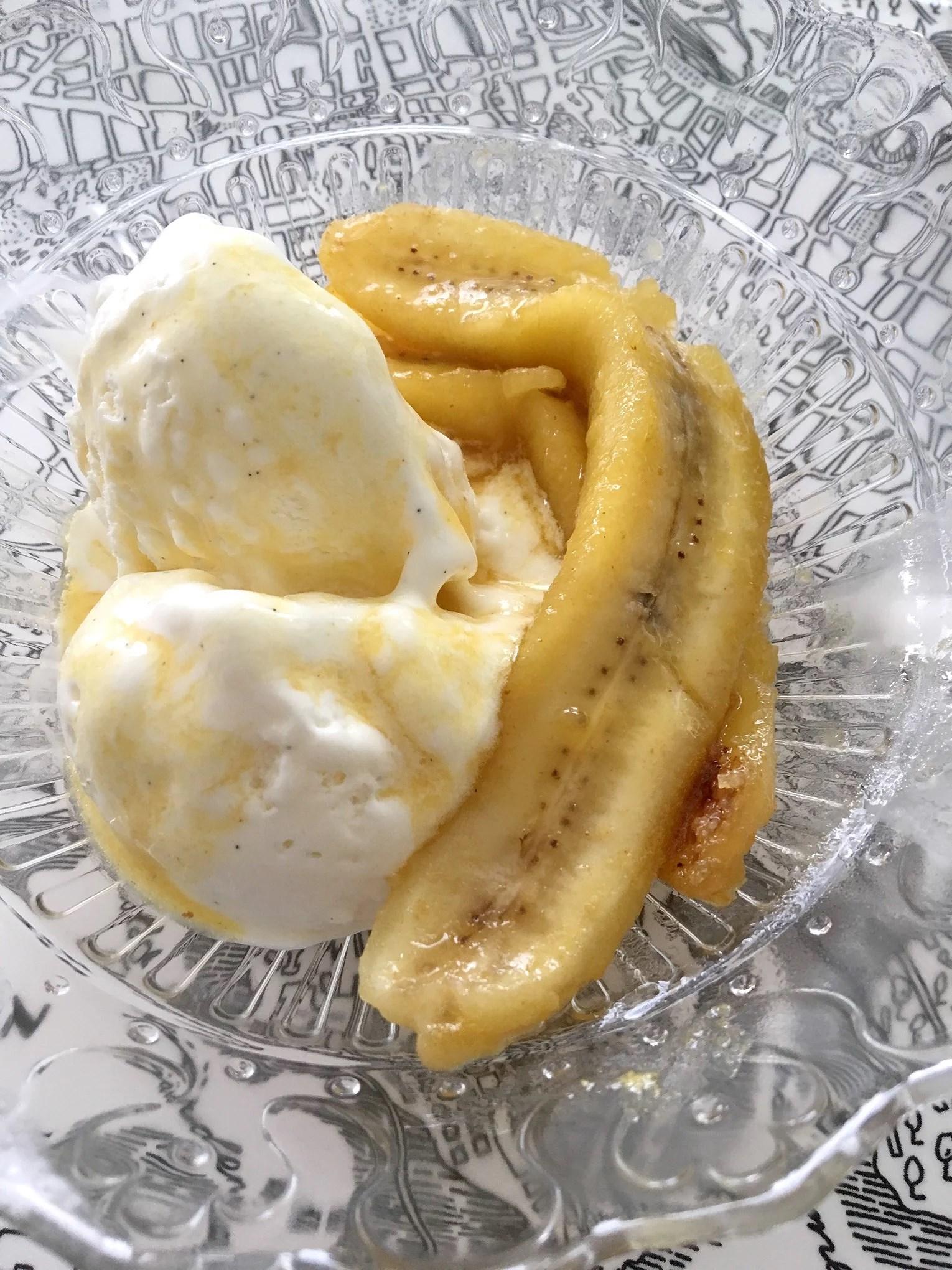 Stekta bananer med råsocker och glass
