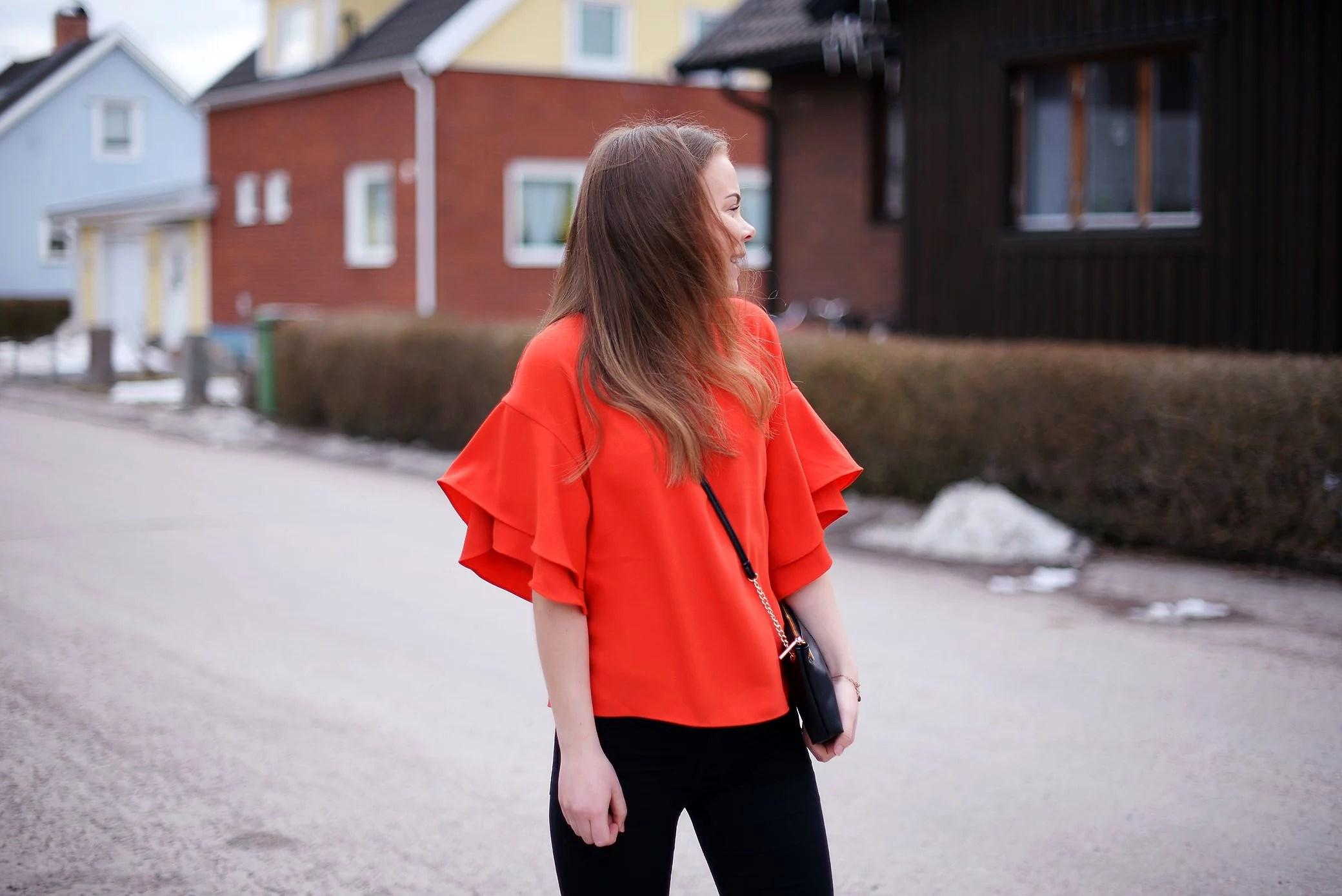 I en röd tröja