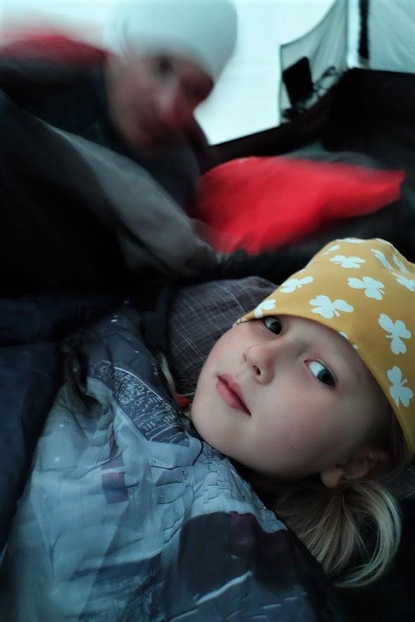 Vandring bestiga Städjan familj med barn tälta sova i tält med mössa på vid Nipefjället Dalarna naturreservat skog hemester svemester klimatsmart hållbart.