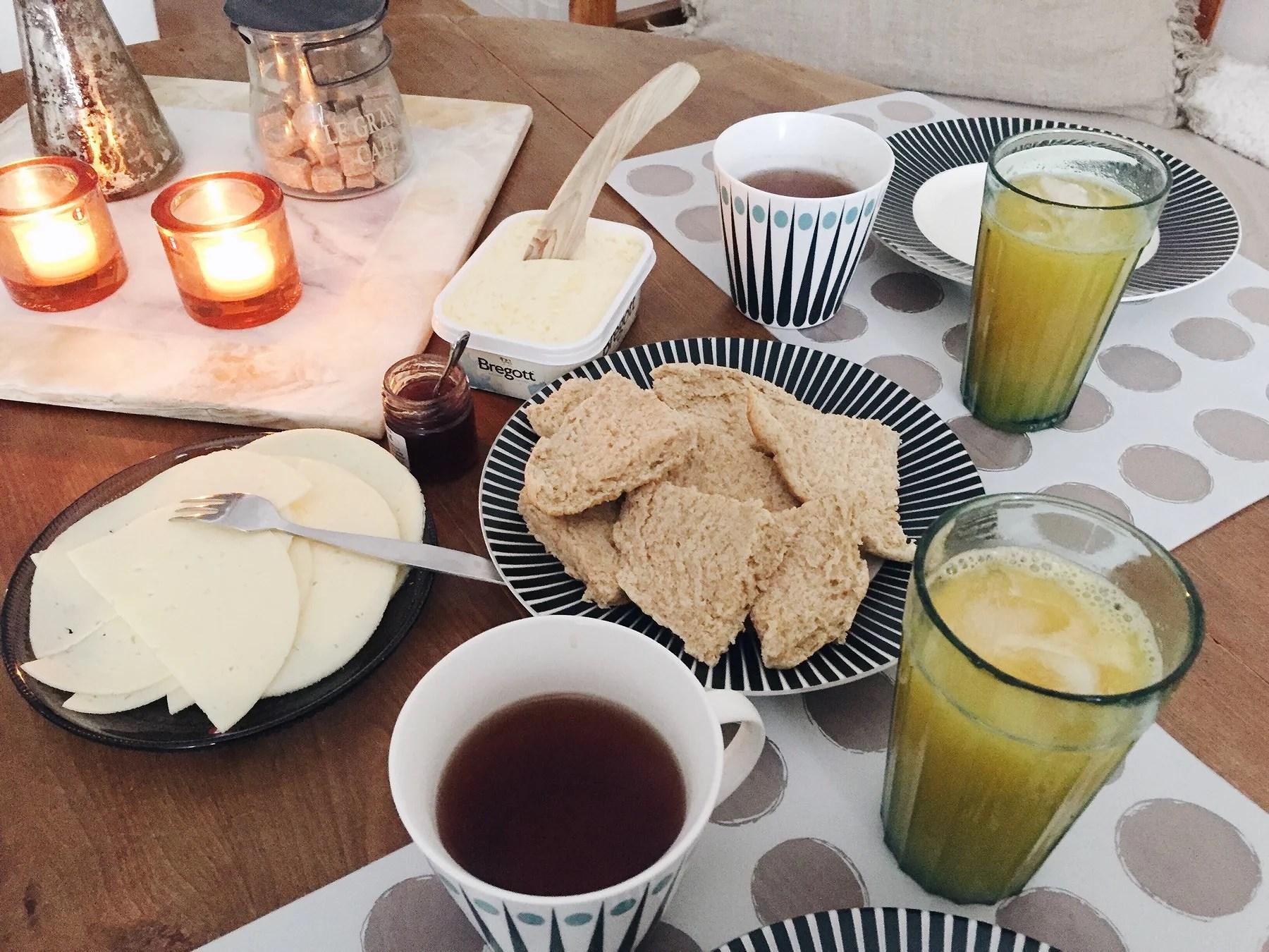 Scones och färskpressad apelsinjuice