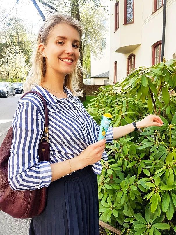 Sara Back i blåvit randig blus från Zara och svarta utsvängda kostymbyxor från MQ.