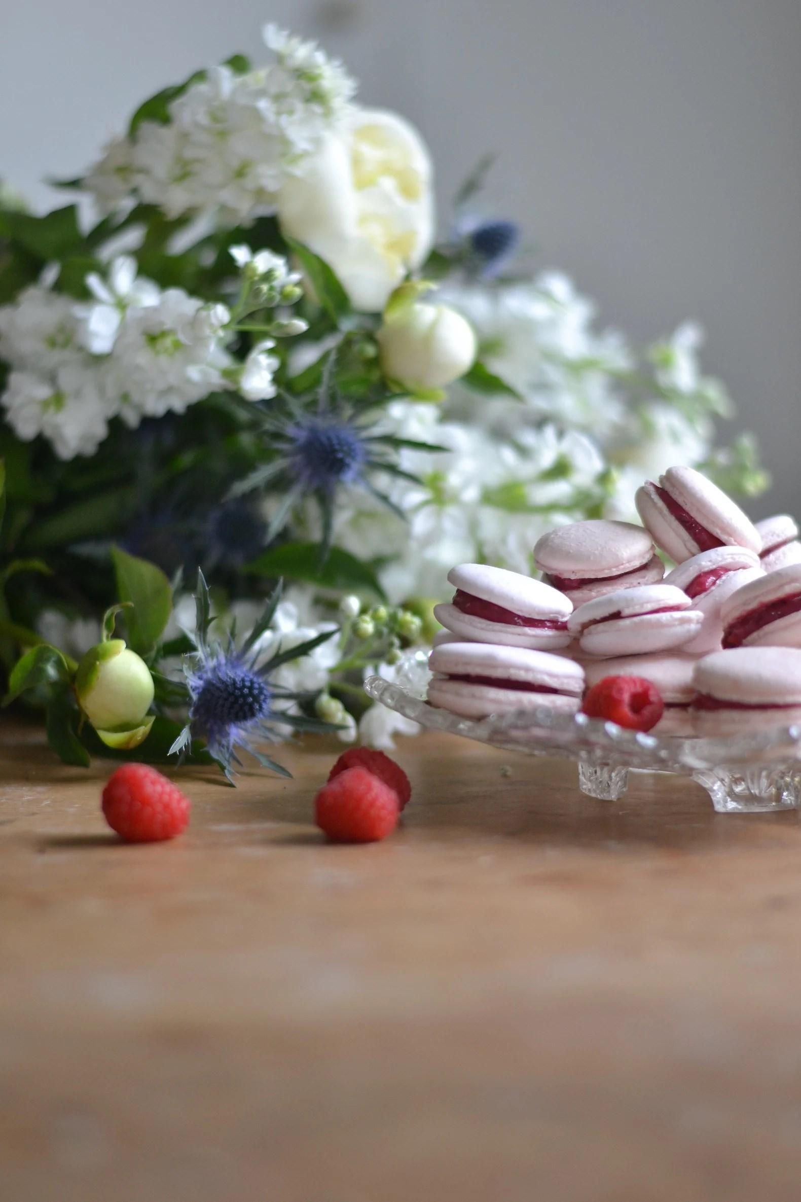 Macarons med hallon- & vitchokladkräm