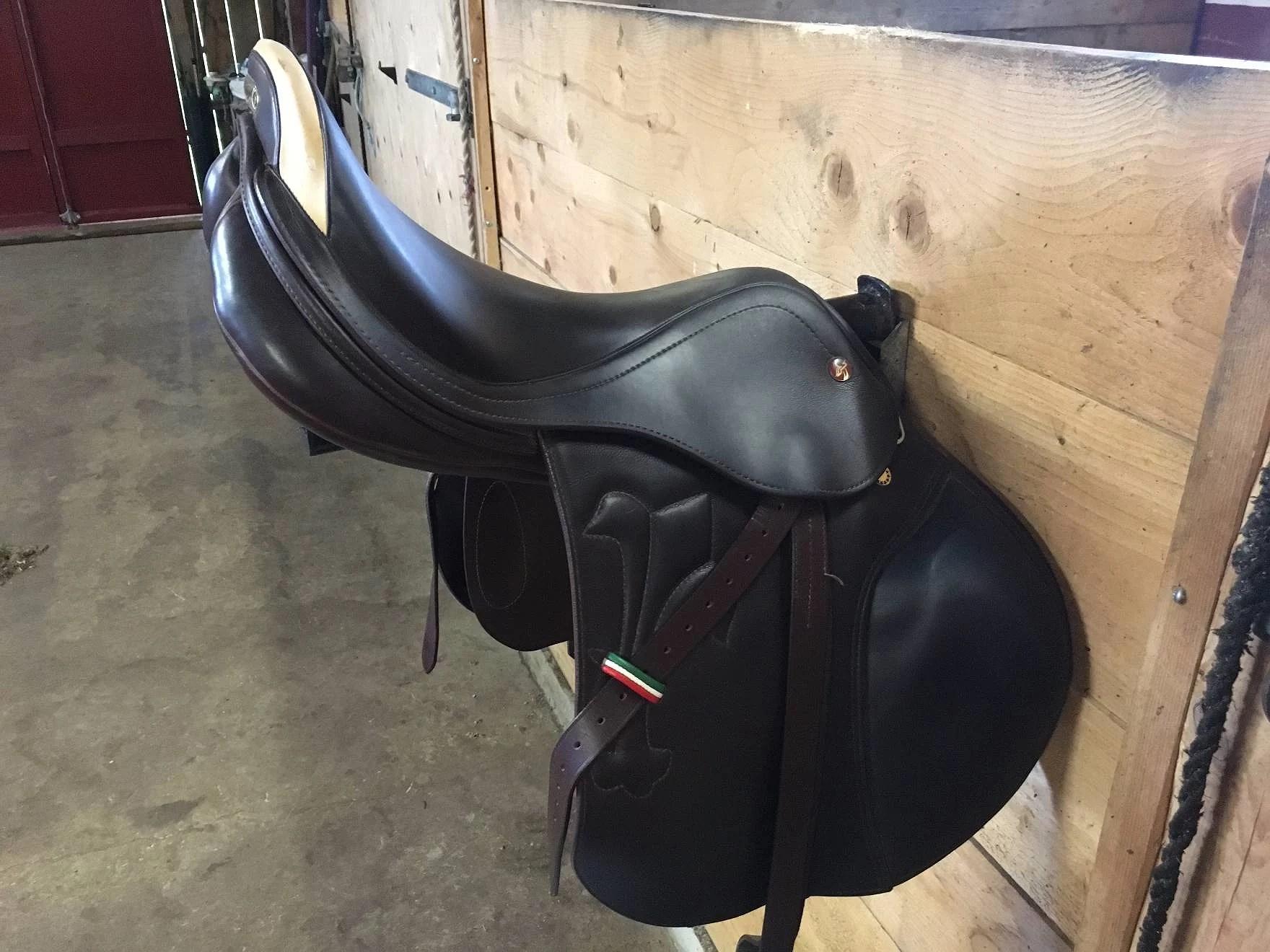 Säljer sadelskåp och sadel