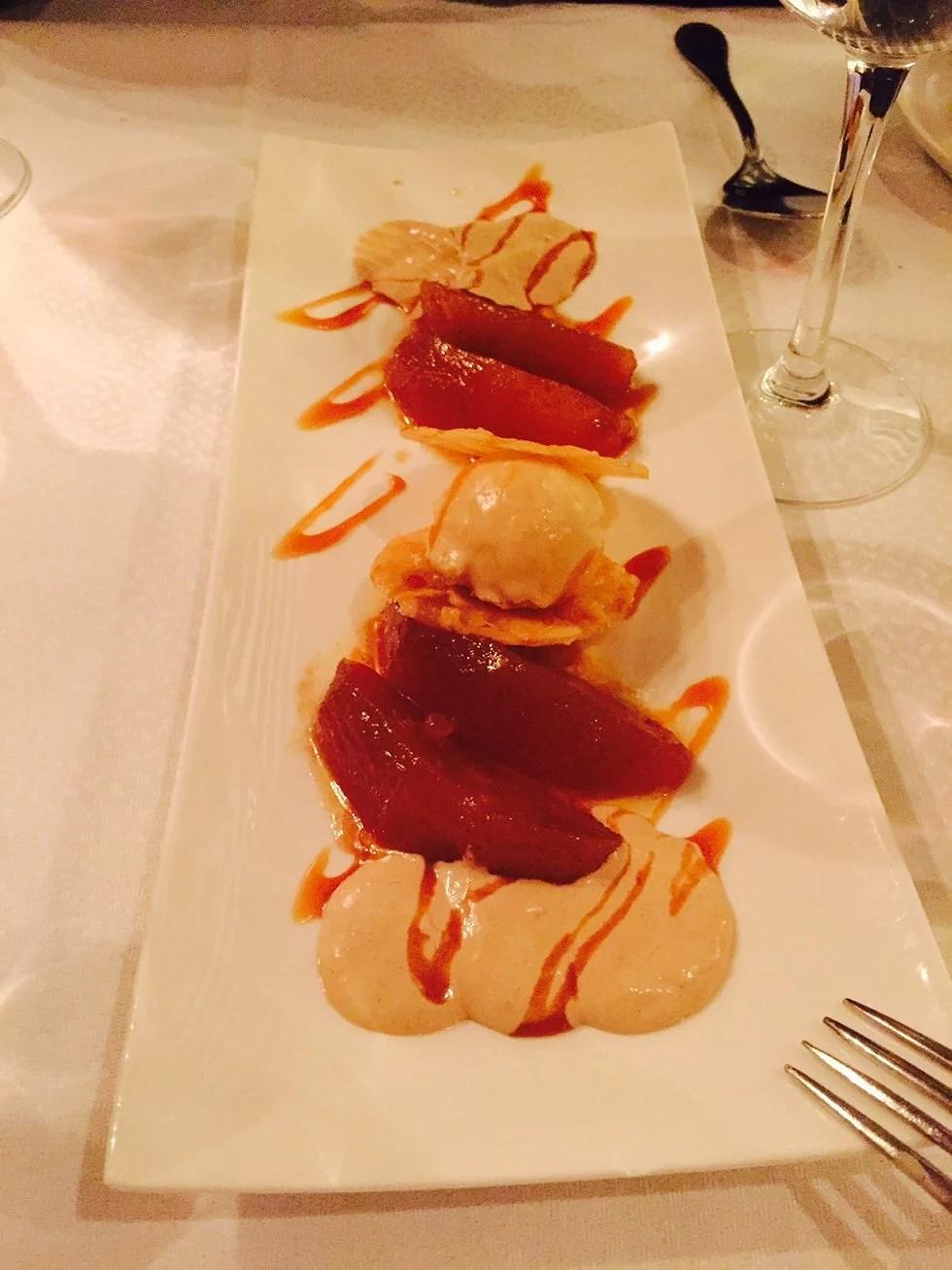 En af de lærkeste desserter jeg længe har smagt. Marinerede pærer, is og karamel.....