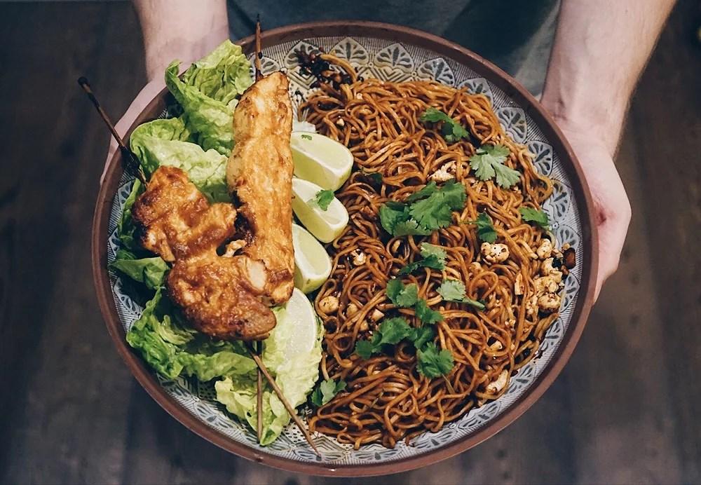 Middagstips - Enkel nudelsallad med kycklingspett marinerade med jordnötssås