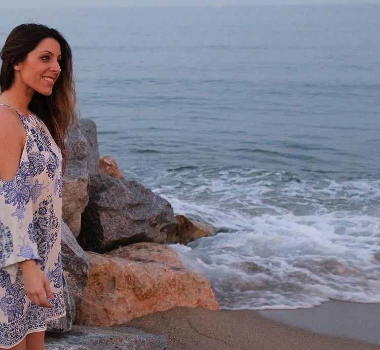 Relajarse en la orilla de la playa Barceloneta es un plan único e inmejorable para una tarde de disfrute.