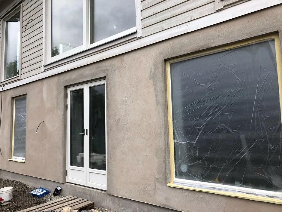 Den putsade fasaden redo för målning